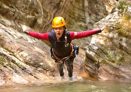 During the Canyoning in Torrente Vione - Gumpenfever of SKYclimber a girl dives into one of the 14 natural pools.