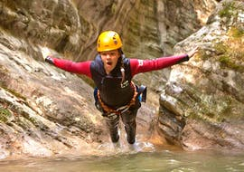 Beim Canyoning im Torrente Vione - Gumpenfever mit SKYclimber springt ein Mädchen in eines der 14 natürlichen Becken.
