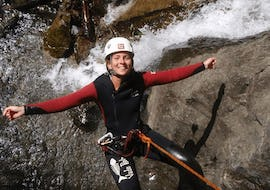 A participant of the Canyoning Introductory Tour - Auerklamm with CanKick Ötztal is posing for a picture before abseiling.