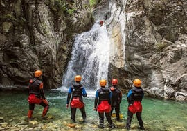 Un groupe contemple le canyon du Verghellu pendant le Canyoning Sport avec Canyon Corse.