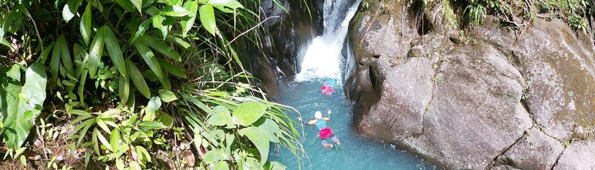 A person is swimming during his Canyoning in Vauchelet - Tropical Plus with Vert Intense.