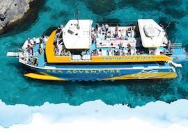 Des vacanciers profitent d'une vue superbe lors de leur sortie en catamaran au Blue Lagoon, Citadella et Gozo organisée par Sea Adventure Excursions.