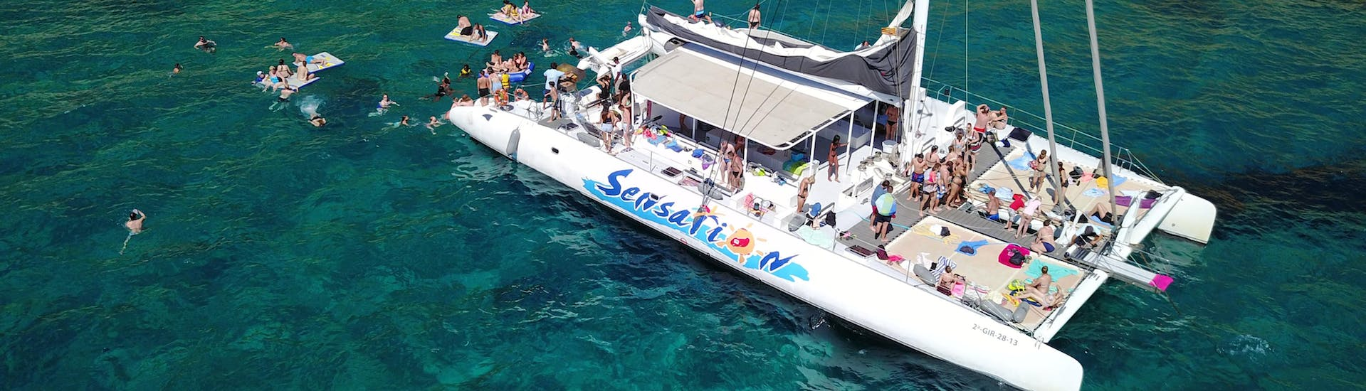 Boat trip with Catamaran Sensations along the Costa Brava shore with swimming and snorkeling.