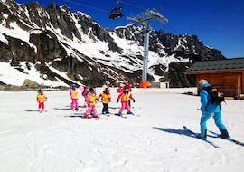 Children have fun during their Kids Ski Lessons (6-17 years) - All Levels with the ski school Evolution 2 Chamonix.