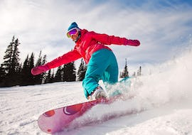 Snowboarder takes a precise turn during his Private Snowboarding Lessons - Chamonix - All Levels & Ages with the ski school Freedom Snowsports.