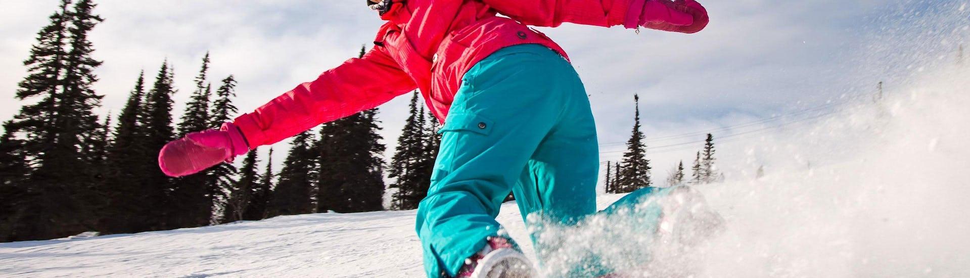 Un snowboardeur effectue un virage précis pendant son cours particulier de snowboard - chamonix - tous niveaux avec l'école de ski Freedom Snowsports.