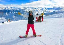 Un snowboardeur est content de sa réussite à la montagne pendant son cours particulier de snowboard - Basse saison avec l'école de ski Evolution 2 Chamonix.