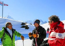 Ski instructor explains the course contents to the participants during the Private Ski Lessons for Adults - Low Season - All Levels with the ski school ESF Vallorcine.