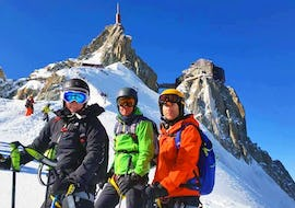 Skiers make a picture on the mountain during their Private Off-Piste Skiing Lessons – Advanced with Ski School Evolution 2 Chamonix.