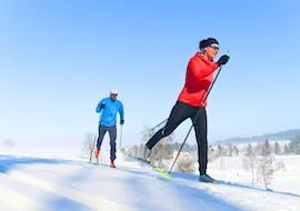 Un moniteur montre au participant la technique adéquate pendant son cours particulier de ski de fond - Tous niveaux & âges avec l'école de ski Evolution 2 Chamonix.