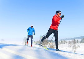 Instructor shows the participant the perfect technique during his Private Cross Country Skiing Lessons - All Levels with the ski school Evolution 2 Chamonix.