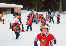 """Children play in the snow in the Kids Ski Lessons """"Kids Garden"""" (3-5 years) - Holiday with the ski school Evolution 2 Chamonix."""