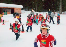 "Children play in the snow in the Kids Ski Lessons ""Kids Garden"" (3-5 years) - Holiday with the ski school Evolution 2 Chamonix."