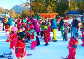 """Children play together in the snow during their Kids Ski Lessons """"Kids Garden"""" (3-5 years) - Low Season with the ski school Evolution 2 Chamonix."""