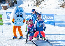 a group of young children is learning how to ski during their kids ski lessons for beginners with skischule Bad Hofgastein.