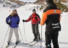 The participantes listen carefully to their instructor's instructions during their private ski lessons for adults - all levels of the ski school Escuela Esquí y Snowboard Valle de Benás.
