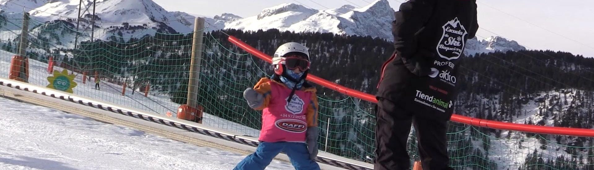 A child makes its first attempts on the slopes together with a ski instructor from Escuela Ski Cerler as part of the Kids Ski Lessons (4-17 y.) for all Levels.