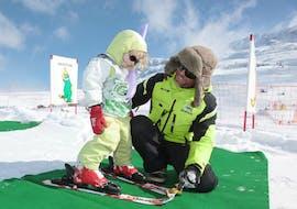"""Un enfant suit un Cours de ski Enfants """"Baby Club"""" (2½-4 ans) avec EasySki Alpe d'Huez."""