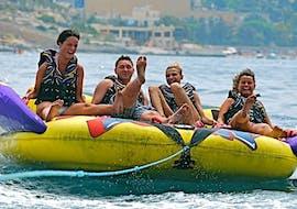 Un groupe fait un tour de crazy sofa à St George's Bay avec Sun & Fun Watersports Malta.