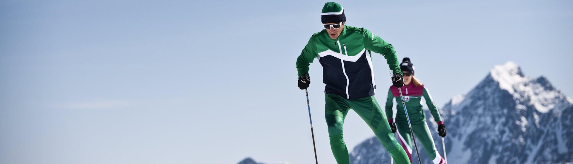 2 esquiadores participan en una de las clases de esquí de fondo en la estación de esquí Kirchberg.