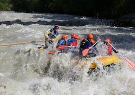 Eine Rafting Gruppe, die auf ihrer Rafting Tour für Experten mit Erfahrung gemeinsam mit einem erfahrenen Guide von Natur Pur Outdoorsports die hohen Wellen der Sanna bezwingt.