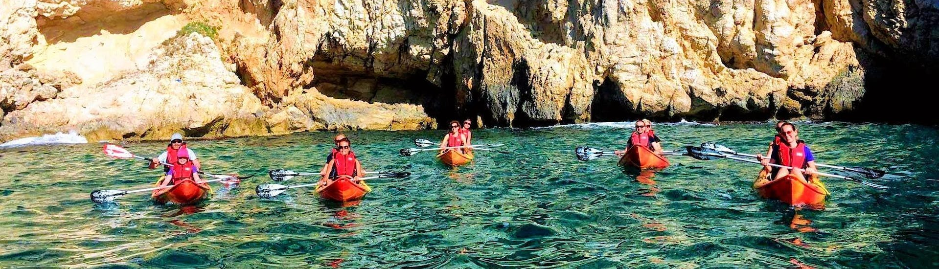 During their Day at the Beach with Kayak or SUP Rental and Snorkeling the group paddles to impressive stone coasts together with Siesta Advisor Jávea.