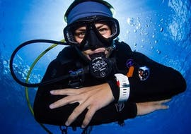 A man is diving for the first time during the Discover Scuba Diving on the Great Barrier Reef for Beginner under the guidance of an experienced diving master from Passions of Paradise.