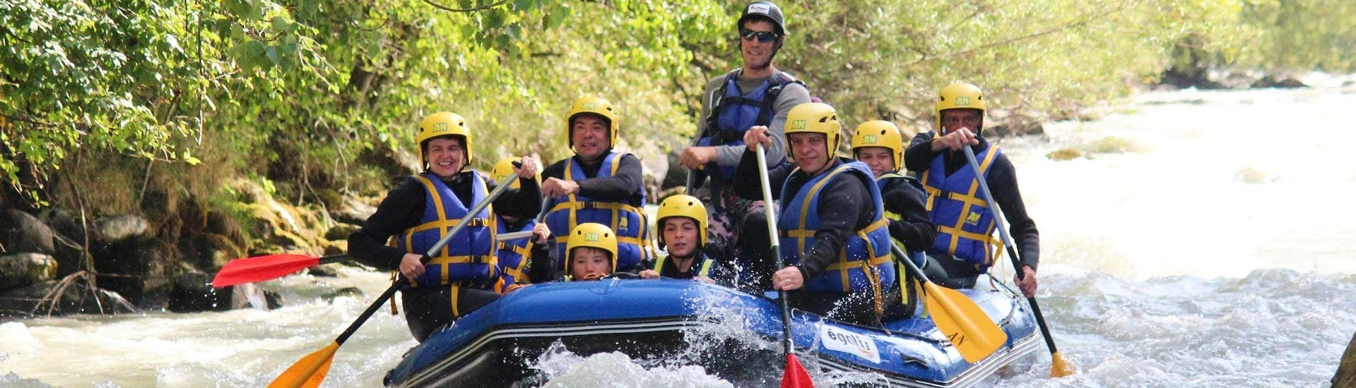 A family is rafting on the Haute-Isère river with AN Rafting Savoie.