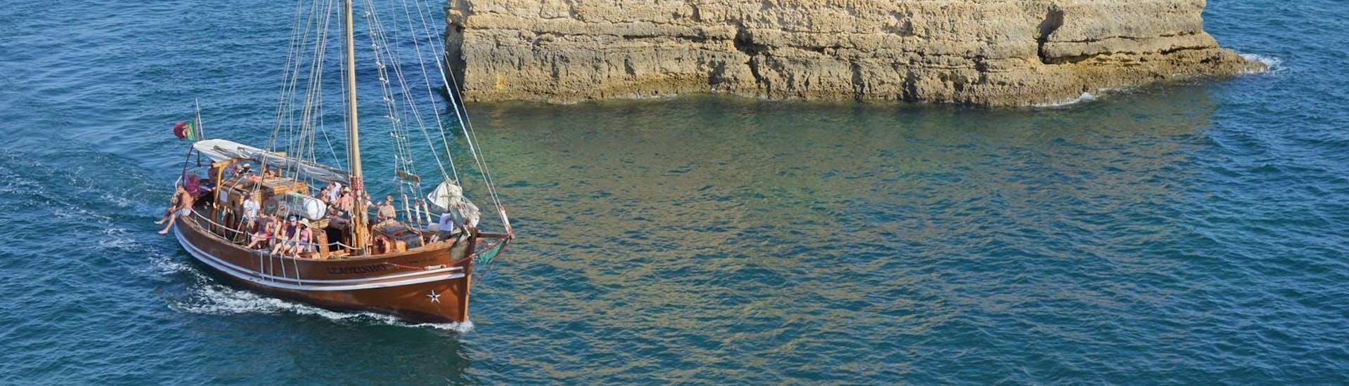 Urlauber genießen den atemberaubenden Ausblick auf ihrer Bootstour mit dem Piratenschiff von Dream Wave entlang der Küste der Algarve.