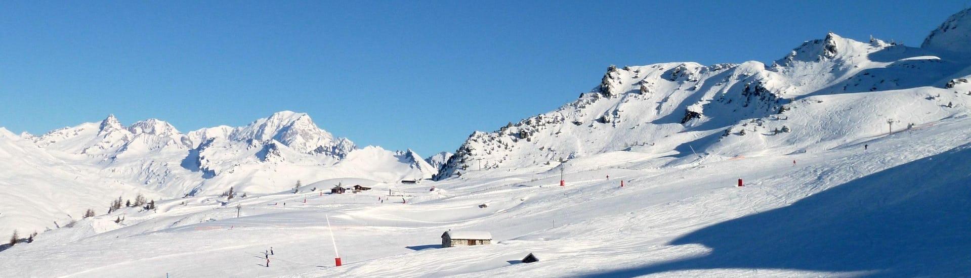 Ausblick auf die sonnige Berglandschaft beim Skifahren lernen mit den Skischulen in Les Arcs.