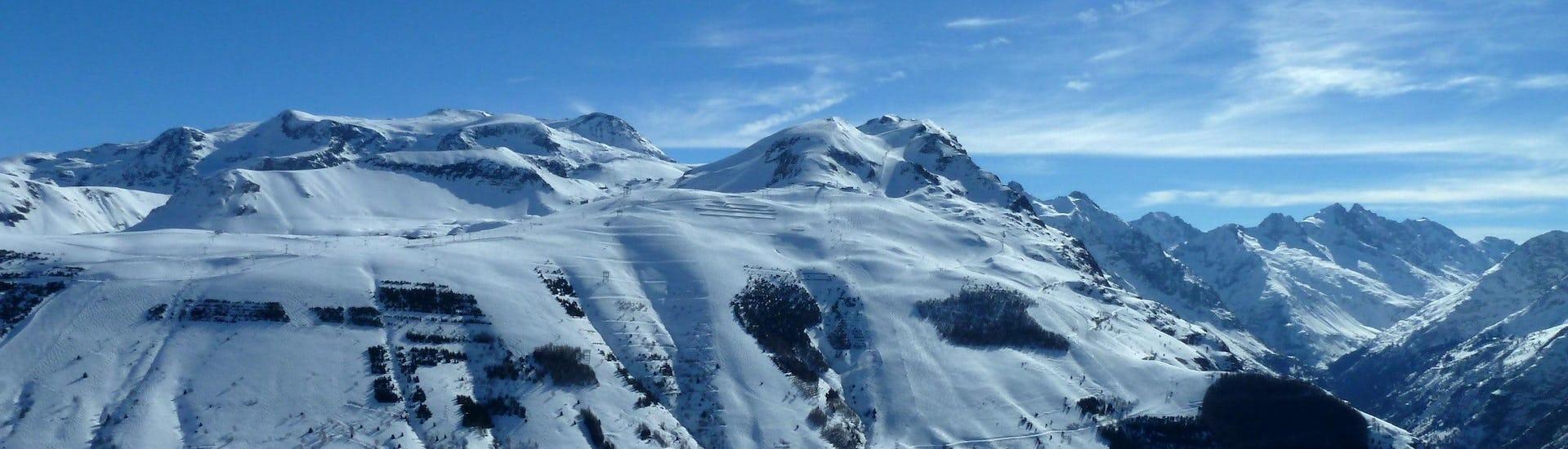 Ausblick auf die sonnige Berglandschaft beim Skifahren lernen mit den Skischulen in Les Deux Alpes.