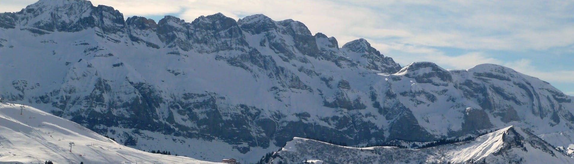 View over the sunny mountain landscape while learning to ski with the ski schools in Les Portes du Soleil.