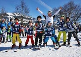 Kleine kinderen doen Skilessen voor kinderen van alle leeftijden en niveaus met Element3 Ski School Kitzbühel.