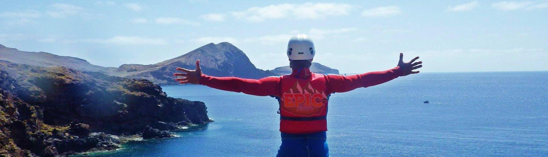 Ein Teilnehmer einer Coasteering-Tour mit Epic Madeira genießt das den spektakulären über Madeiras Küste.