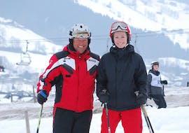 Frau und Skilehrer lachen Skikurs für Erwachsene - Anfänger