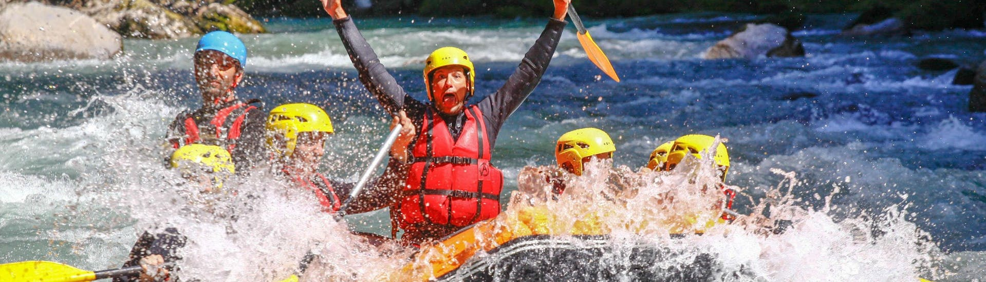 A group of friends is having fun on the Dranse River during a rafting tour with Evolution 2 Aquarafting Lake Geneva.