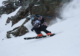 Une personne descend la pente lors de son Cours particulier de ski Adultes - Basse saison - Arc 2000 avec Evolution 2 - Arc 2000.