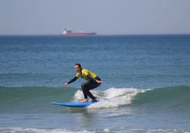 Together with Linha de Onda Surfing School a course participant makes her first surfing experiences during the surf lessons with transfer to Matosinhos.