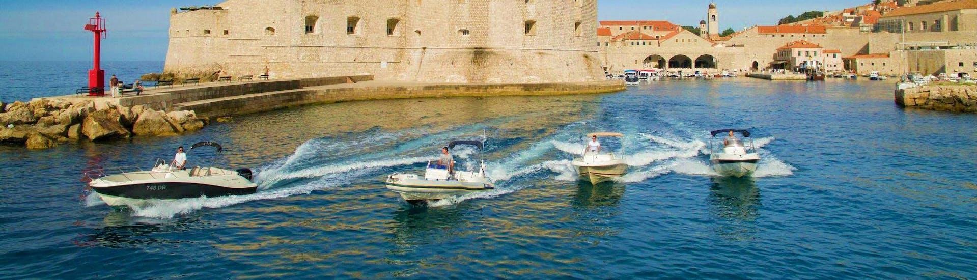 Explore Dubrovnik by Boat bietet eine Vielzahl verschiedener Boote, auf denen man mit einem privaten Skipper die Inseln rund um die Stadt erkunden kann.