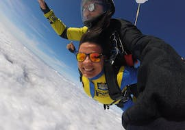 A female skydiving student is seemingly enjoying herself while tandem skydiving in Proença-a-Nova with Skydive Porto.