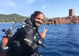 A diver is ready to do his Trial Dive in Fréjus with Alpha Beluga Plongée.