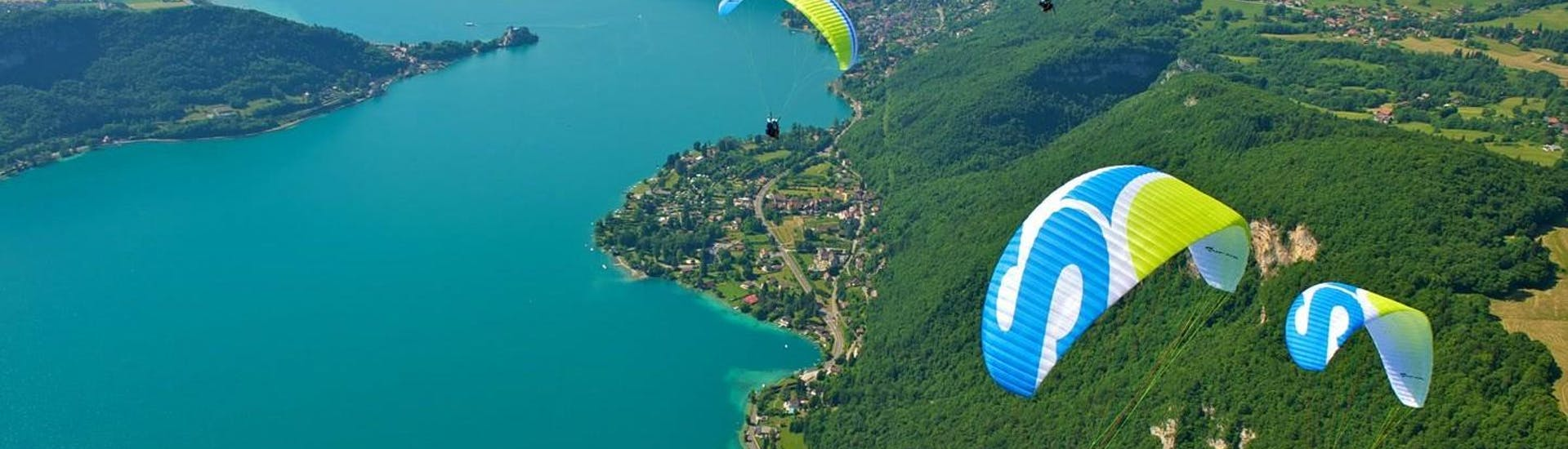 A family is enjoying their Paragliding flight with Flyeo.