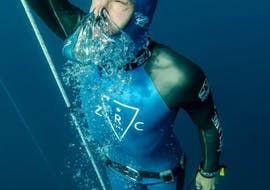 An beginner is coming back to the surface during his Free Diving Lesson in Annecy lake with Reda Apnea Annecy.