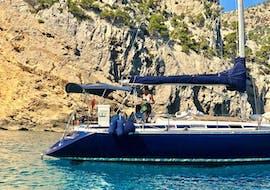 Les participants à l'excursion profitent de la sortie en voilier d'une journée au Cap Formentar ou au Parc Natural Levant avec Romantic Sailing Mallorca et profitent du soleil.