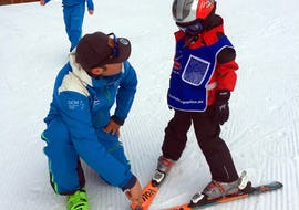 Ski instructor shows the course participant the right ploughing technique in the Kids Ski Lessons (4-12 years) - Half Day - All Levels with the ski school Skischule Zugspitze-Grainau.