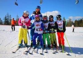 Kursteilnehmer machen mit ihrem Skilehrer ein Foto im weißen Schnee im Skikurs für Jugendliche (13-16 Jahre) - Alle Levels mit der Skischule Thomas Spenzel.