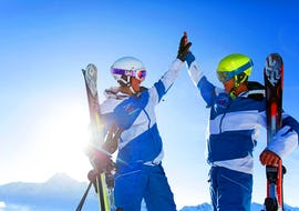 Skiers are happy about their successful Ski Lessons for Adults - All Levels and clap their hands with the ski school Skischule Thomas Spenzel.