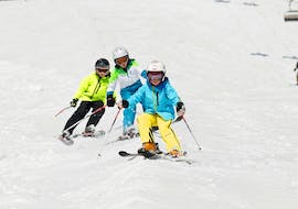 Children ski down the piste during their Private Ski Lessons for Kids - All Levels with the ski school Skischule Zugspitze-Grainau.