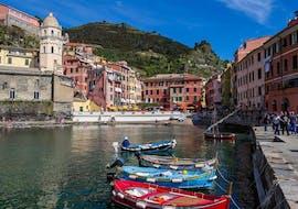 La vue imprenable sur Vernazza pendant la balade en bateau aux Cinque Terre et Porto Venere avec Costa di Faraggiana Levanto.