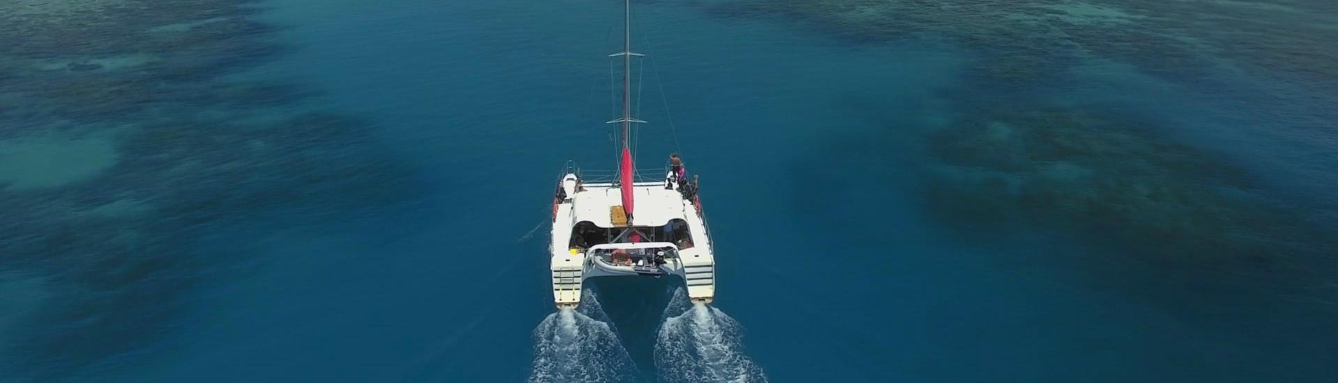The catamaran Reef Daytripper Cairns is heading towards Upolu Reef during the Great Barrier Reef Diving Trip - Introductory Dive offer.